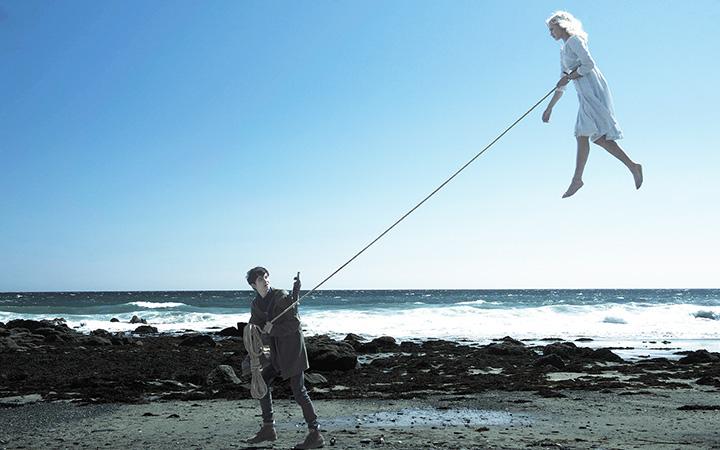 空気よりも軽いエマを連れて海岸を散策するジェイク。ジェイクは空を舞うエマに心を奪われてしまう。