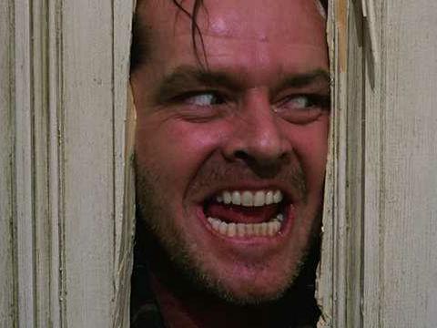 叩き割ったドアの裂け目から顔を出したジャック・トランス(演:ジャック・ニコルソン)の狂気に満ちた表情は、この映画の象徴。