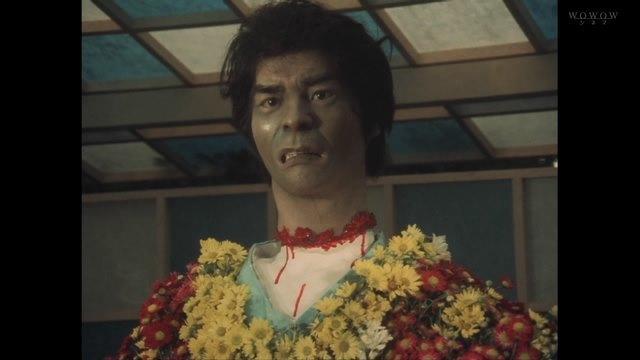 犬神佐武(演:地井武男)はどこか別の場所で殺されて首を切断され、菊人形の首と挿げ替えられていた。恐怖のトラウマシーンとなった地井武男さんの有名な首チョンパ。
