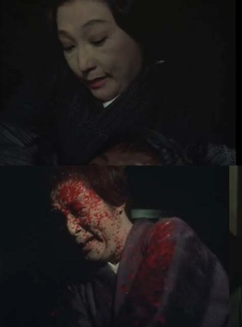 犬神松子を演じる大女優の高峰 三枝子が顔面に血しぶきを浴びるスプラッター描写に観客は震撼させられた。