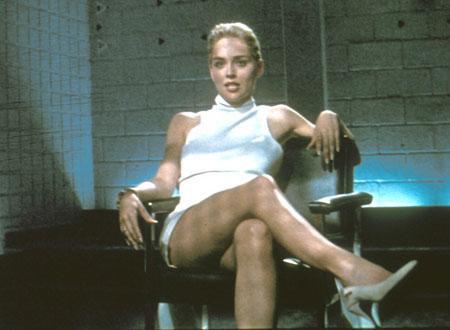 映画史に残る印象的な取調室での名シーン。シャロン・ストーンが取調室で足を組みかえるシーンは有名。
