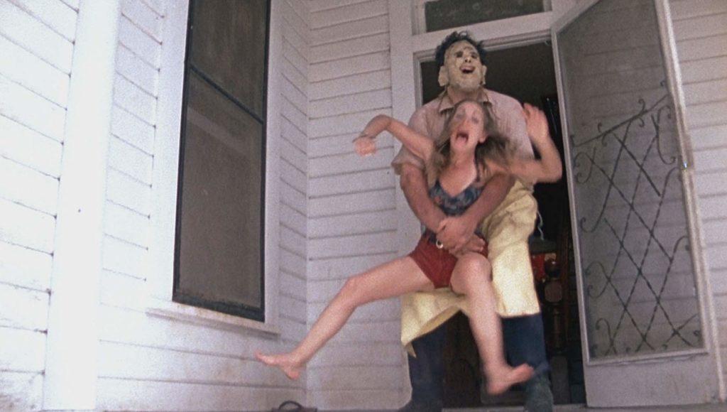 玄関先でレザーフェイスに取っ捕まるパム