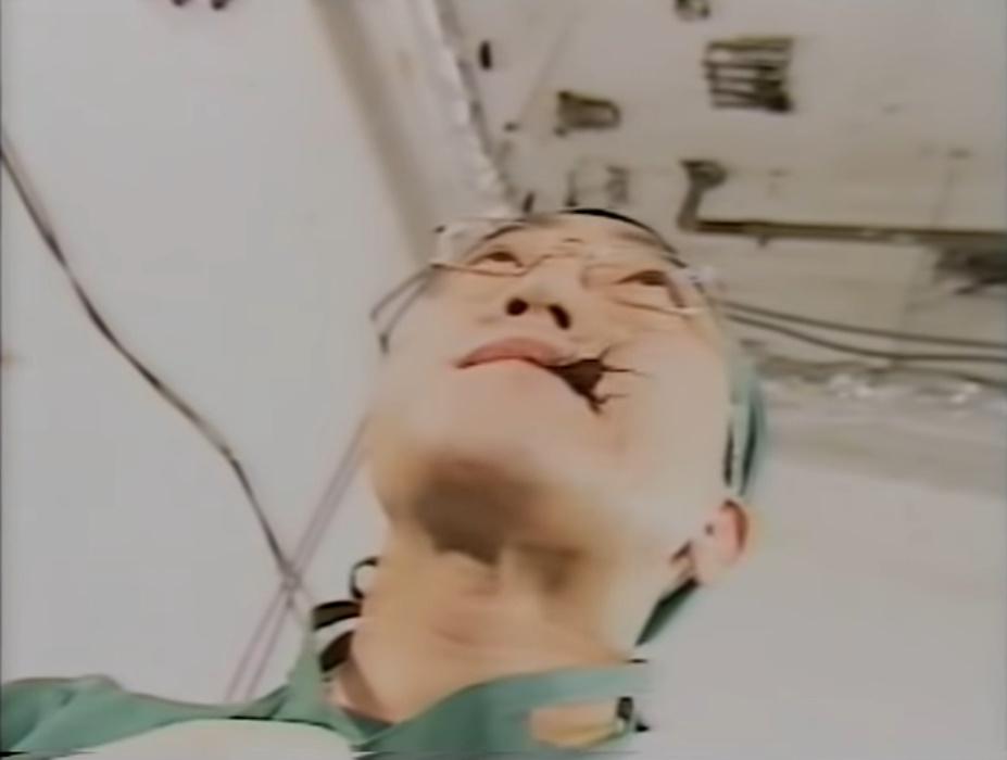 なんとゴキブリを食べる佐野史郎。