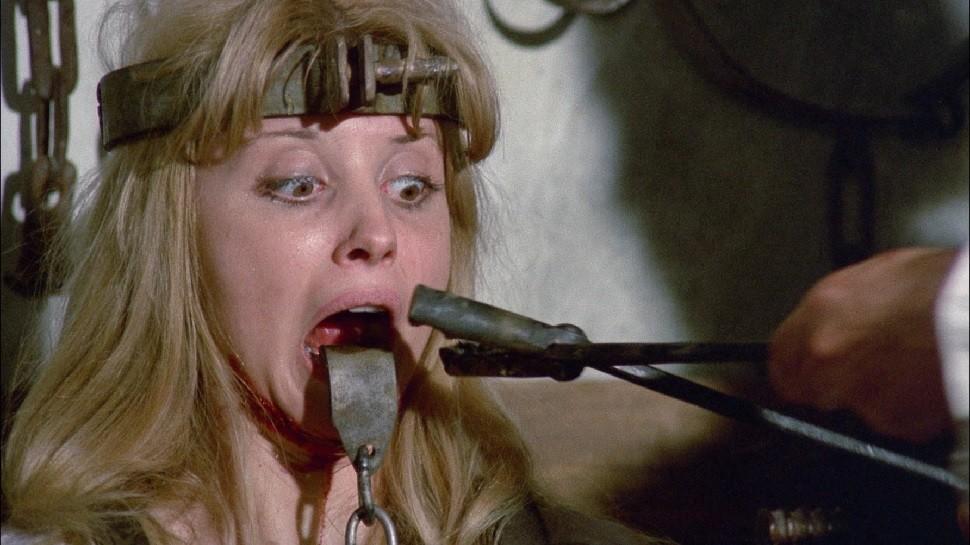 若い女の舌を引き抜こうとする拷問