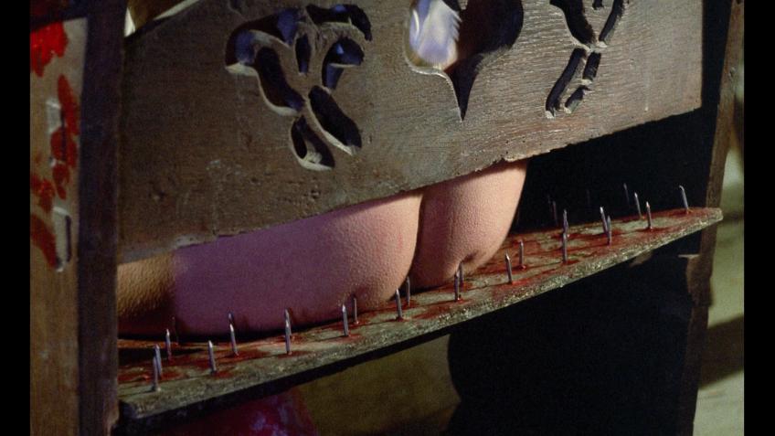 針の山の椅子に座る拷問。お尻から出血がひどい。
