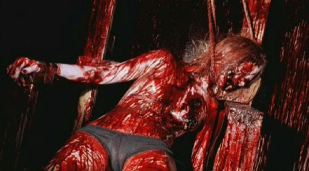 冒頭の殺害現場から無残な状態に…。地下室の殺人拷問部屋。