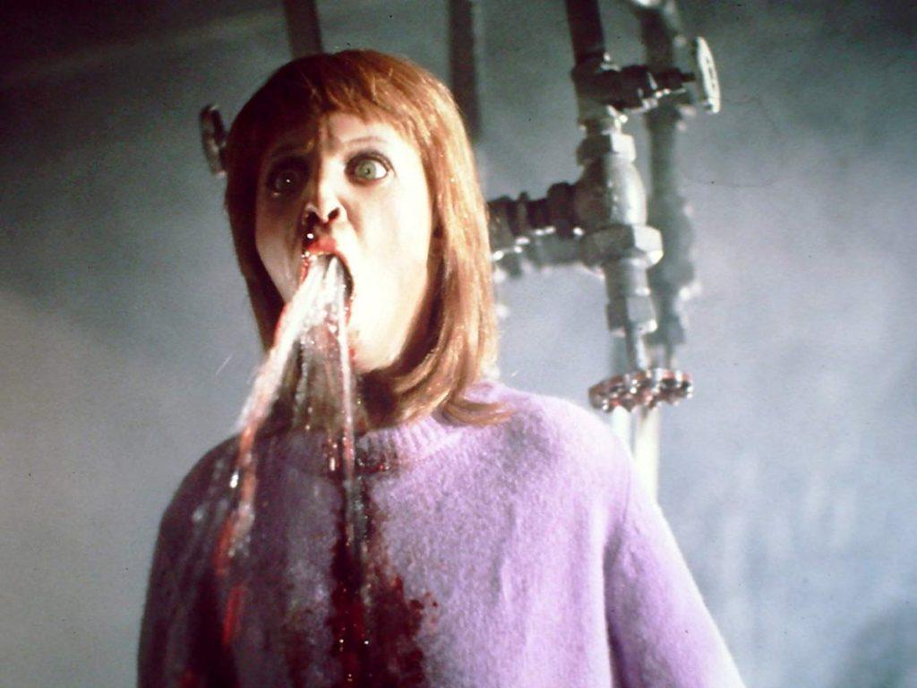シャワー代わりの鉄パイプに後頭部を叩きつけられて殺害された少女が、口からお湯を吹き出す有名なシーン。