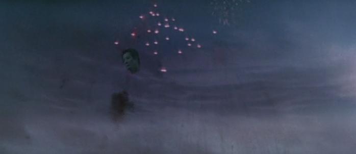 広介と秀子は、クライマックスで花火とともに空に舞い上がり、爆死。さらに千切れた生首は「お母さーん」と叫びながら夕焼け空に消えていく伝説のラスト。