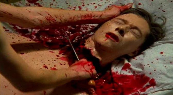 モニカは容赦なく鉈を押し込んでマークの首を切断した(ネクロマンティック2)。