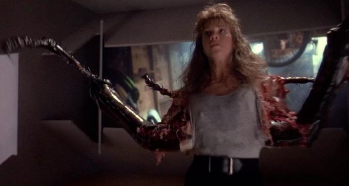 アリスの友人のデビー・スティーヴンスは、ゴキブリになってしまうという酷い死に方。ゴキブリにされて、フレディに 握り潰されてしまう。