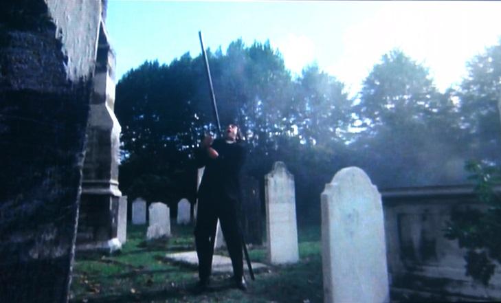 教会の避雷針が折れて、真相を掴んだ神父を直撃した。悪魔に殺害されていくシーンは視覚的なインパクトが高い印象深いものだった。
