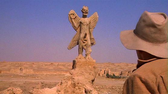 映画「エクソシスト」の冒頭のイラクの古代遺跡の発掘現場で、悪魔パズズの像を発見したメリン神父は、不吉な予兆を感じる。