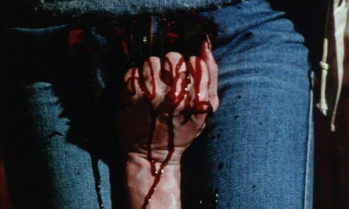 動かないはずの殺人鬼が作り上げた合成死体美女に、ケンドルの男性器が握りつぶされるというある意味衝撃的なラストを迎える。キャリーの有名なラストをアレンジしたオチ。