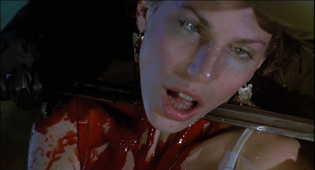 喉をナイフで切り裂かれる。本当に殺しているのではないかと当時は疑われるほどリアルで生々しい残酷シーンになっている。