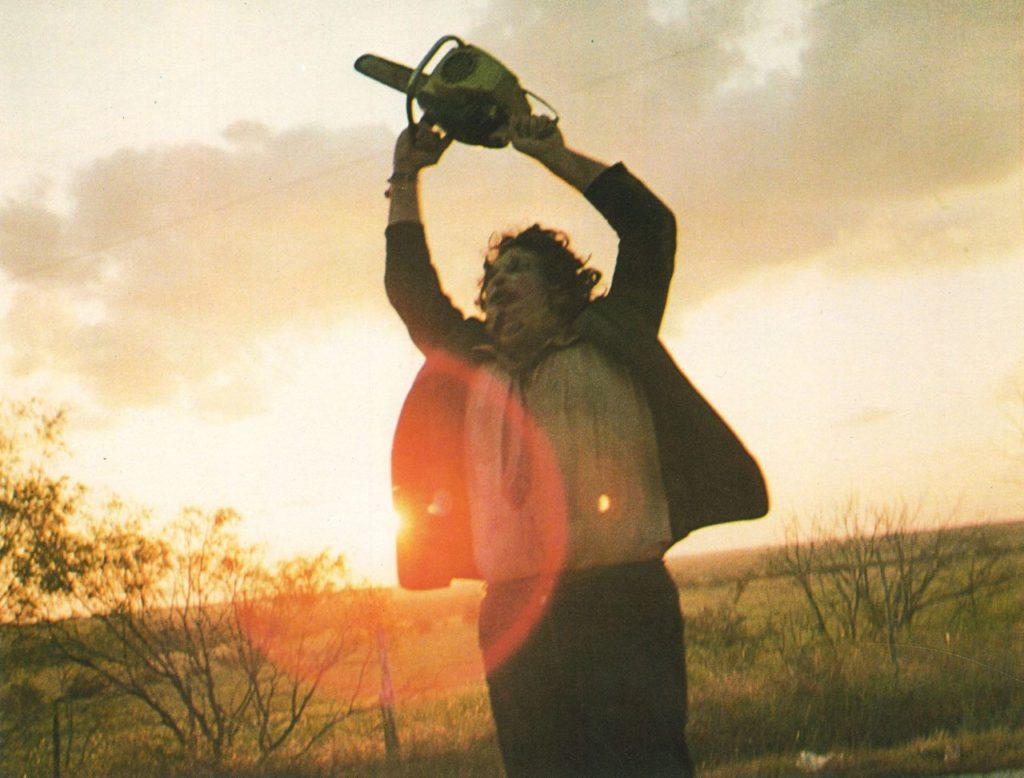 『悪魔のいけにえ』(1974年)のラストシーンでチェンソーを振り回すレザー・フェイス。ホラー史に残る名場面として語り継がれている。