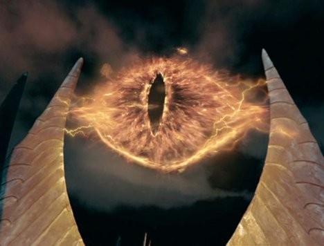 「ロード・オブ・ザ・リング」の凶悪なラスボス・黒幕の「サウロン」は、巨大な炎の眼の姿で居城バラド=ドゥーアの頂上の尖塔から、モルドールをはじめとする各地をサーチライトのように照射して監視している。
