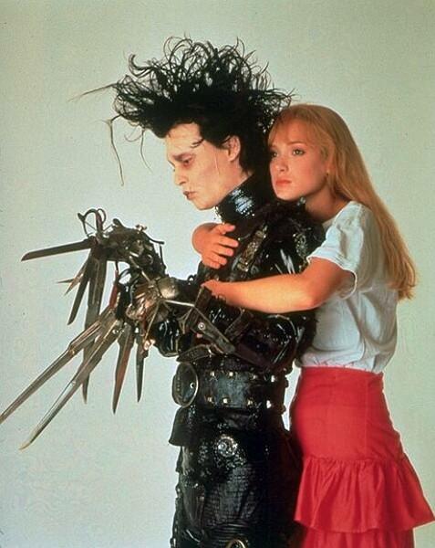 ハサミの手を持ち触れるものを傷付けてしまう人造人間・エドワードと、彼の純粋な心に次第に惹かれていく美しい娘・キムの恋を描く「シザーハンズ」(1990年)