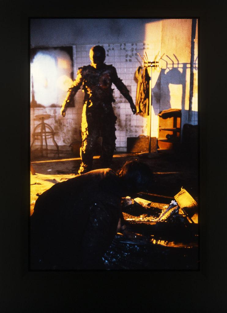 「死霊の罠」の後半では、殺人劇を仕組んだ謎のヌルヌル触手系寄生生物の「ヒデキ」との対決が待っている。