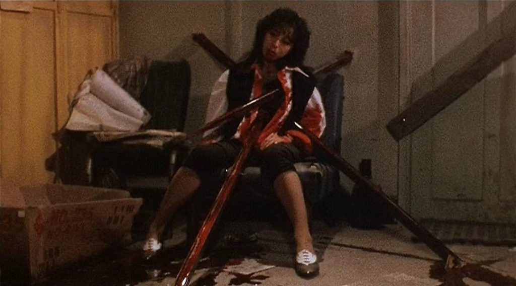 (劇中ニュースでは、スギウラ・レイと呼称される)麗(演:小林ひとみ)が官能的なセックスシーンで美しいヌードを見せた後に、超常現象的な力による鉄柱3本の串刺しで無残にも殺される。最大の見せ場のひとつ。