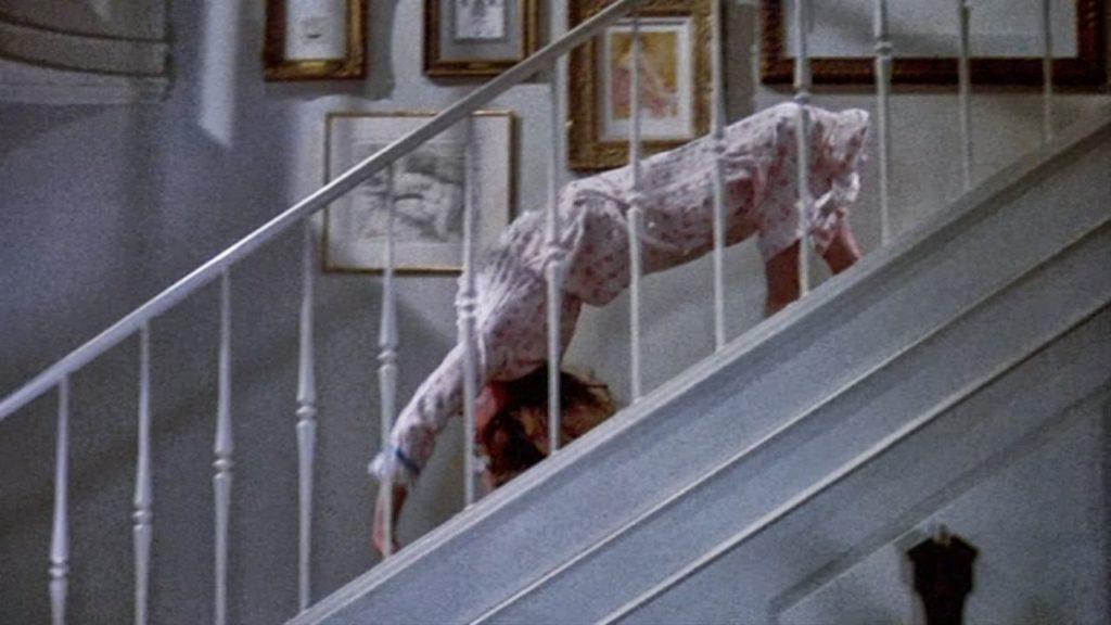 リーガンがブリッジをしたまま階段を下りていく通称「スパイダーウォーク」はホラー映画史に残る伝説の恐怖シーン。オカルト映画の名場面中の名場面。