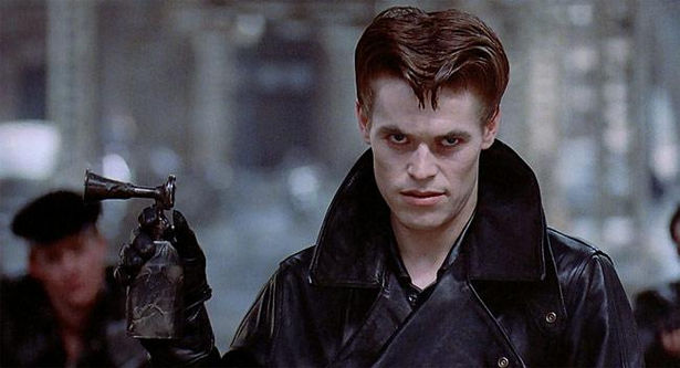 主人公トム・コーディと人気を二分したのが、現在でも性格俳優として活躍するウィレム・デフォーが演じる、敵のバイカー集団ボンバーズのボスであるレイブン。