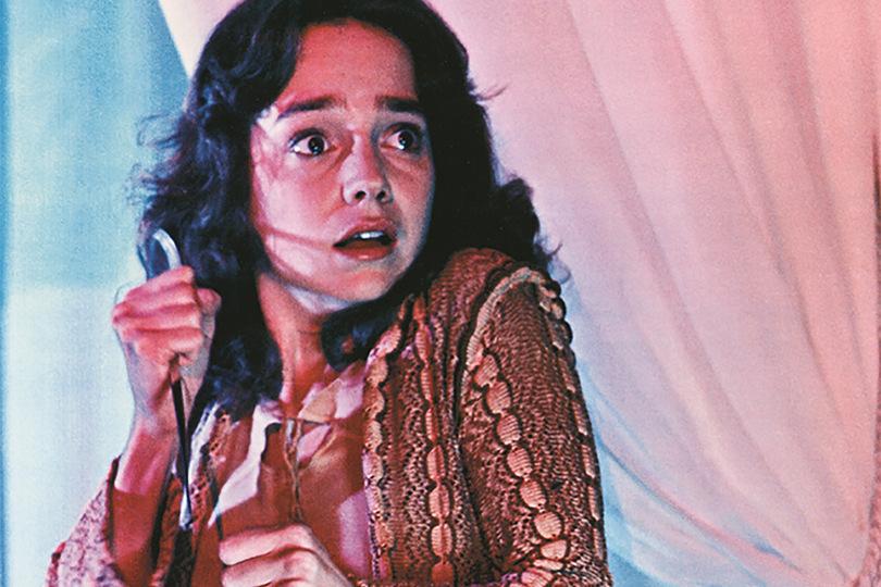 サスペリア(1977年)は、「決してひとりでは見ないでください」というキャッチフレーズで、日本でも大ヒットを記録したオカルト・サスペンス・ホラー。美少女スージー・バニヨン(演:ジェシカ・ハーパー)が踏み込んでしまった美しく彩られた恐怖の世界。鋭い洞察力で秘密の扉を発見し、魔女の会合を目にする。