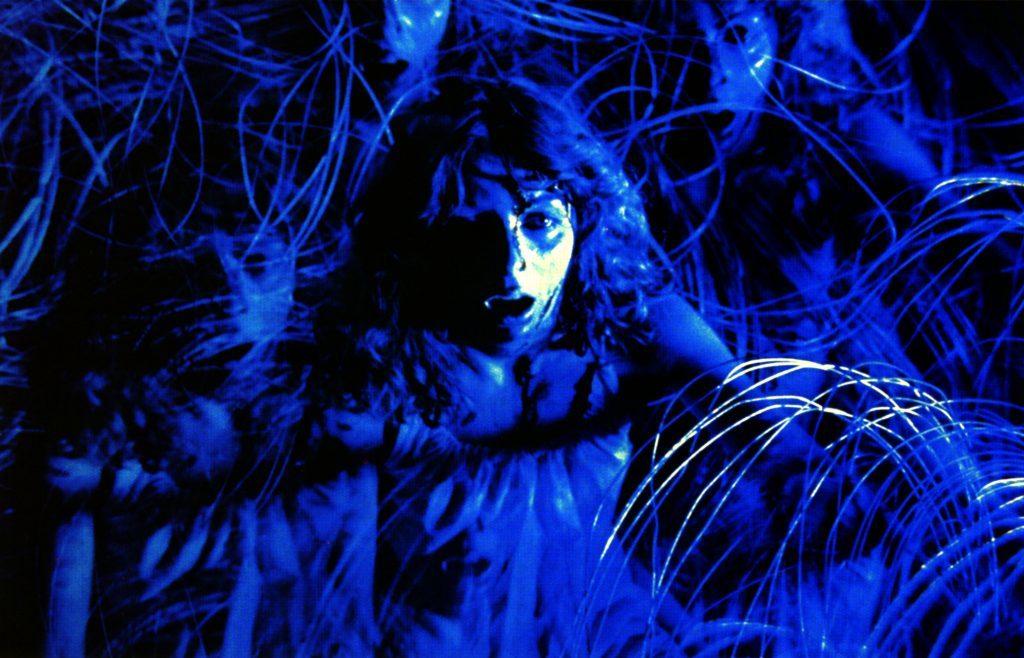 ワイヤーの中に飛び込み身動きが取れなくなっていくサラ(演:ステファニア・カッシーニ)。もがけばもがくほどにワイヤーが体に食い込む痛々しい演出。