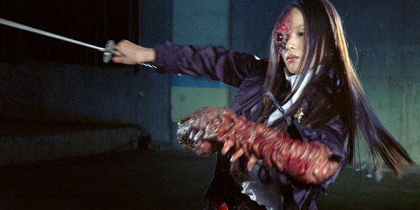ルカ(椎名英姫)は暗殺された元警察官の父(堀部圭亮)の後を継ぎ、特殊部隊のすご腕エンジニアハンターとなる。