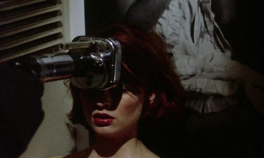ホラー映画史に残る残虐な虐殺シーンの一つとなった「釘打ち機殺人」(ネイルガン)。瀕死の重傷状態に陥った彼女の眉間に止めを打ち込む。