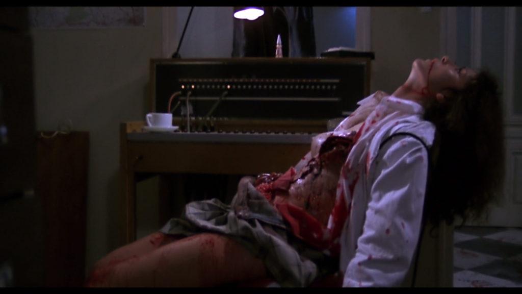 ジャンネット・デ・ロッシの特殊メイクを駆使したスプラッター(人体破壊)描写は、『ナイト・オブ・ザ・リビングデッド』をしのぐ過激さになっている。