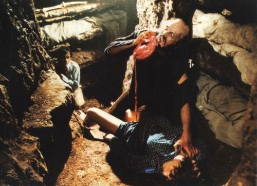 へその緒が母体とつながったまま垂れ下がっている血まみれの胎児。その胎児を喰らう悪趣味極まりない鬼畜描写。