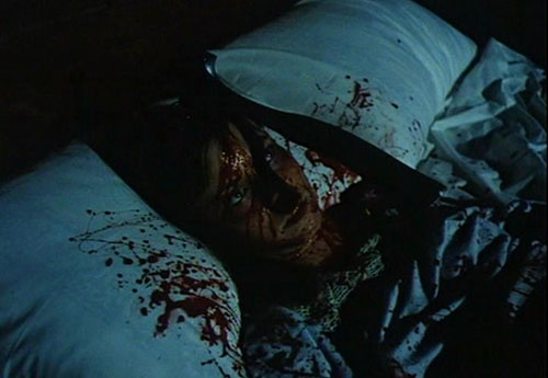 グロリアは、何者かに斧を叩きこまれて絶命・・・マサカリが脳天直撃。女子大生3人が次々と殺されていく。