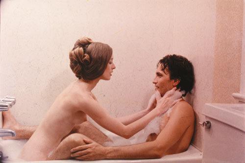 ジェニファーは、体を張った復讐を開始する。男を誘い一緒に入浴し、男性器を用意していたナイフで切断する。血みどろになる浴槽。