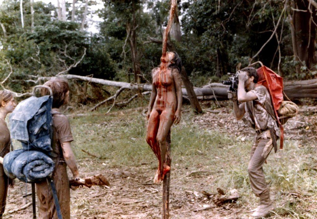 食人族(1980年)は、ジャングルなど未開の秘境を舞台にしたフェイクドキュメンタリー作品。モキュメンタリーの元祖。作り物と分かっていても、この映画で登場する残酷描写は衝撃的。中でももっとも有名なのが「女体串刺しシーン」。