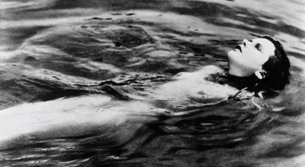 女優ヘディ・ラマーは、チェコ映画『春の調べ』にて、映画史上初の全裸ヌードを披露したことでも知られる。