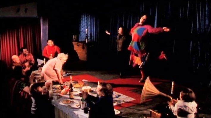 本物のフリークスが見世物小屋のフリークス(奇形)として出演している。