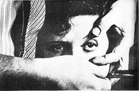 冒頭の女性が剃刀で眼球を真二つにされるシーン。眼球をカミソリで切るシーンはあまりにも有名。