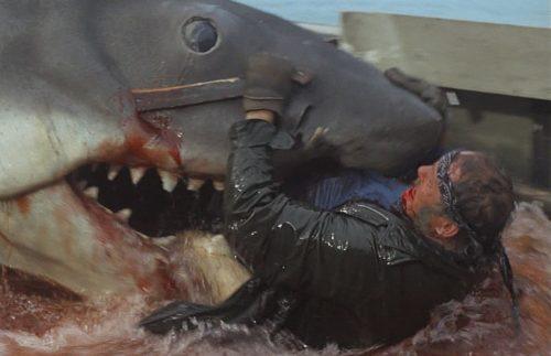 漁師サム・クイントは、サメに派手に喰い殺される。(動物パニック映画の金字塔『ジョーズ』)