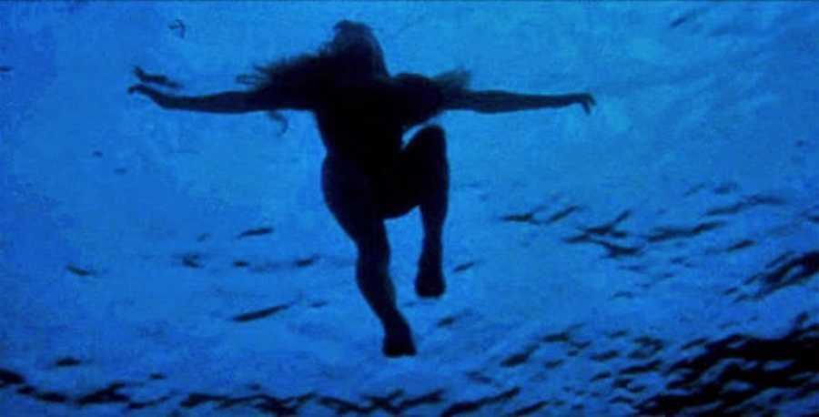 クリッシー・ワトキンスは、巨大人食いサメの最初の犠牲者となる女性。