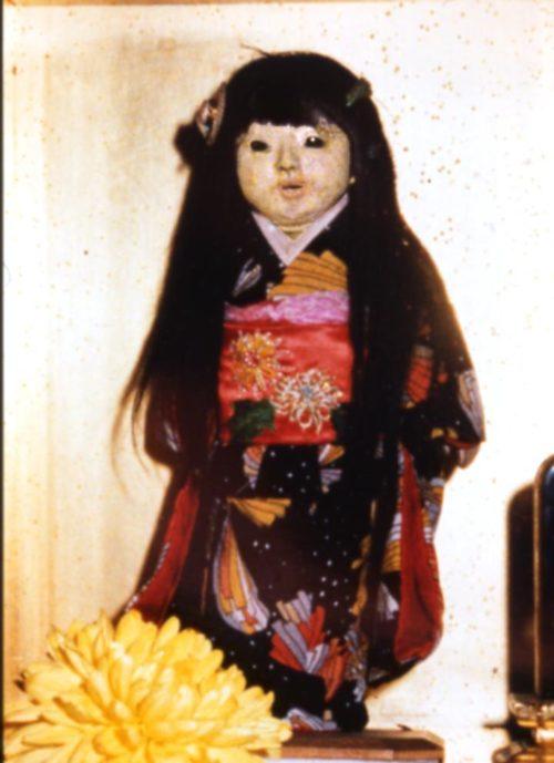 髪の毛が伸びはじめたころのお菊人形。出典:月刊ムー公式ウェブ・ムー PLUS「髪の毛が伸びる「お菊人形」の怪」文=並木伸一郎