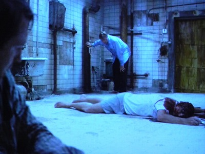 SAW1の記念すべきメインゲーム。老朽化したバスルーム、鎖に片足を繋げられた男二人と、その間に自殺死体。医師のゴードンは「6時間以内にアダムを殺す」こと、写真屋のアダムは「自分の死を見るか、逃げ出すか」がクリア条件となっている。
