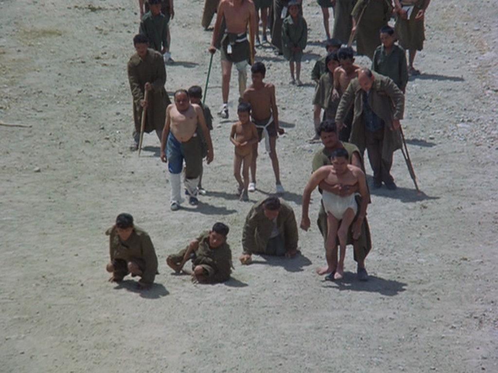 フリークスたちが下界に下りたとき悲劇が起きる。エルトポの制止を聞かずなだれ込んだ異形達を町は受け入れなかった。