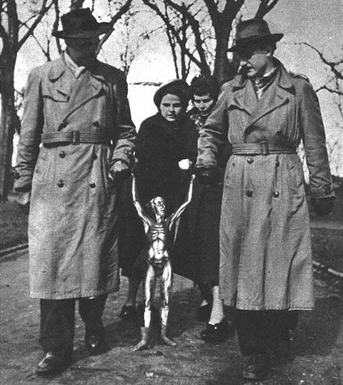 有名な「捕らわれた宇宙人」の写真。1950年アメリカ合衆国アリゾナ州の砂漠でFBIだかCIAだかKGBだかに捕らえられ、西ドイツへと移送中に溶けてしまった火星人。1950年3月29日にドイツ(当時はドイツ連邦共和国・西ドイツ)のケルンで発売された週刊紙『Neue Illustrierte』4月1日号(創刊号)の3ページ目に掲載された記事の写真が出処。