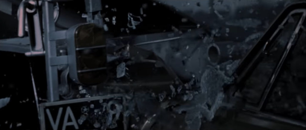フロントグラスが粉々に砕けていく。