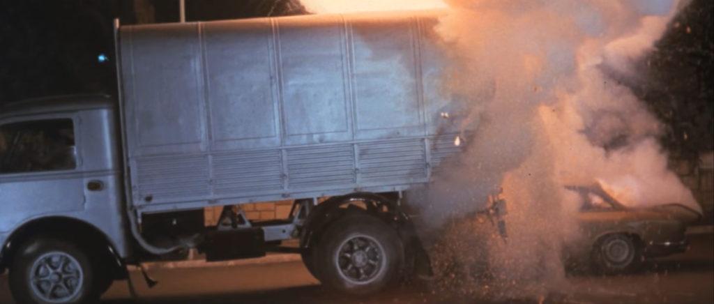 車が爆発炎上したところで、物語は終幕する。