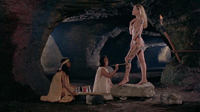 クライマックスの女医のデリ・コリ役のアレクサンドラ・コールの全裸シーン(全裸のヒロインが全身にペインティングされて磔になるシーン)は、有名な見どころ。