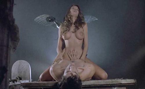 亡くなった旦那の墓前で不謹慎にもセックスをする二人。騎乗位で夢中になっているところに、ゾンビとなった旦那が襲い掛かる。