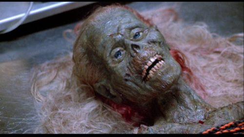 上半身だけの老女ゾンビ「オバンバ」。ゾンビ映画「バタリアン」のラジオCMは「あたしオバンバ、あなたの脳味噌食べさせて〜」というものだった。