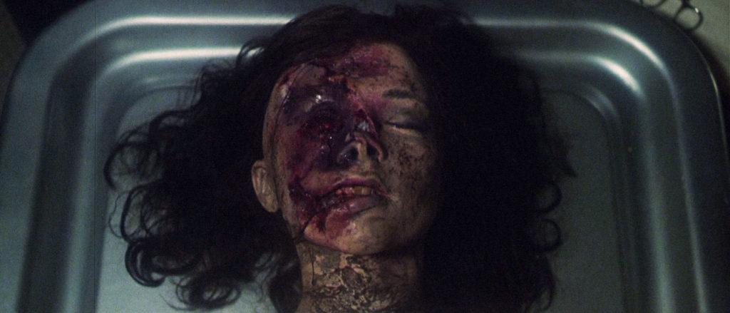若い美しい女性が顔を潰されて殺されてしまう。ドップスは早速彼女の顔を修復する。そして美しくなった姿に満足のドップスは、その場を去る。すると・・死体が起き上がり・・。