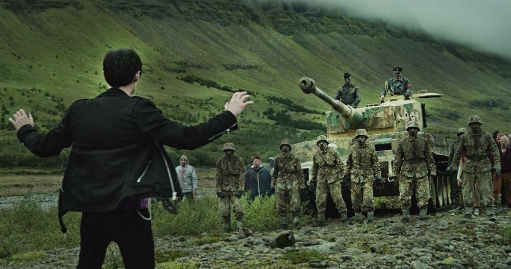 『処刑山 ナチゾンビVSソビエトゾンビ』は、ノルウェーの鬼才トミー・ウィルコラによるゾンビホラー「処刑山 デッド卍スノウ」の続編。